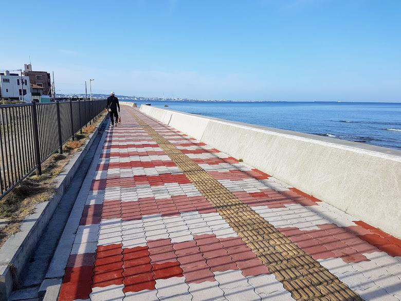 沿著海岸步道散步