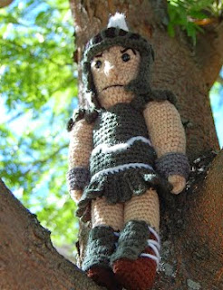 http://translate.google.es/translate?hl=es&sl=en&tl=es&u=http%3A%2F%2Froonieranching.blogspot.com.es%2F2013%2F09%2Fcoreys-sparty-doll-free-crochet.html