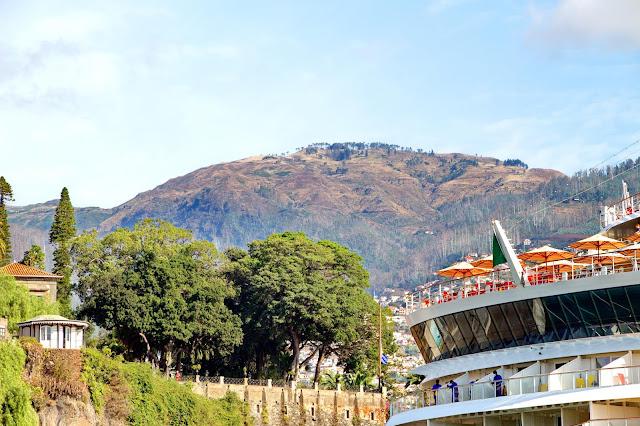 a esplanada com vistas para o Funchal
