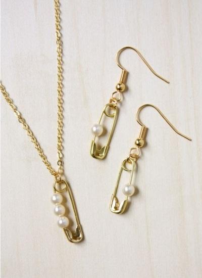 Perhiasan terbuat dari peniti dan mutiara