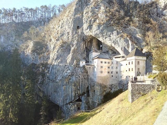 Castello di Predjama RisparmiaeViaggia