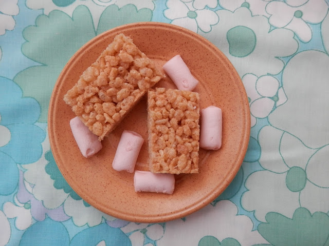 Vegan rice krispie treat recipe, with Freedom Mallows vegan marshmallows. By UK vegan blogger secondhandsusie.blogspot.com #vegan #veganrecipe #ricekrispietreats #freedommallows