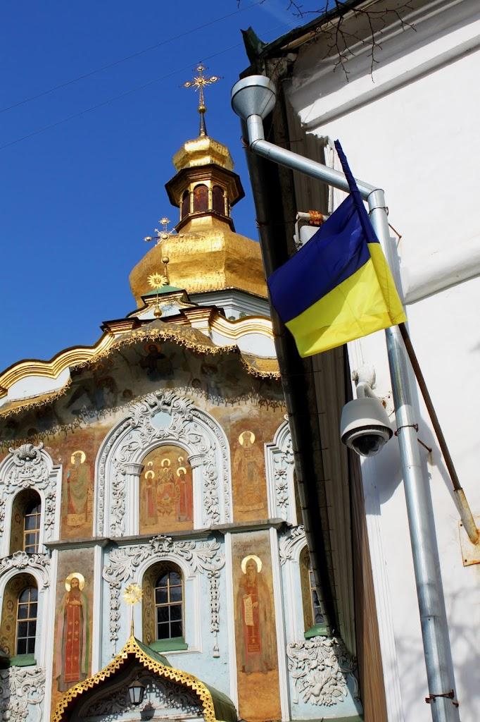 Украинский флаг перед входом в Печерскую Лавру