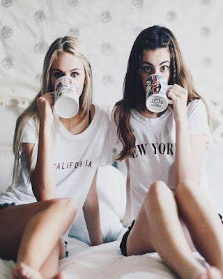 foto tumblr de amigas en la cama tomando café pijamada