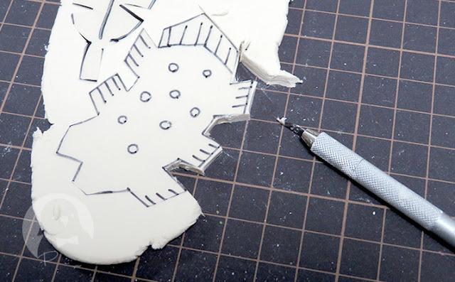 粘土でアクセサリーの切り出し