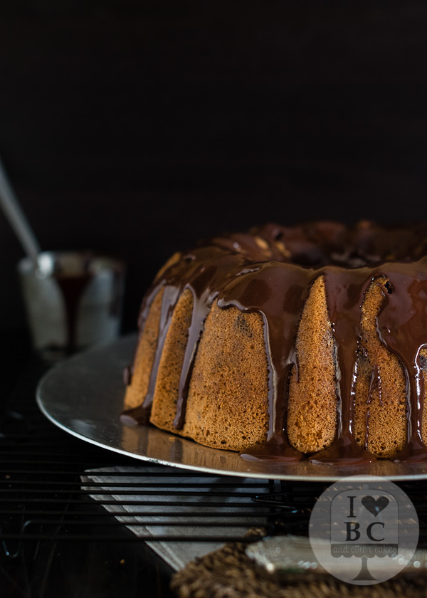 Marbled Bundt Cake con glaseado de chocolate
