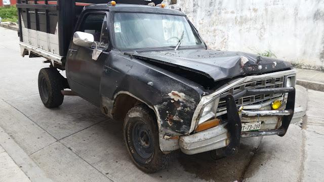 Camioneta choca contra poste