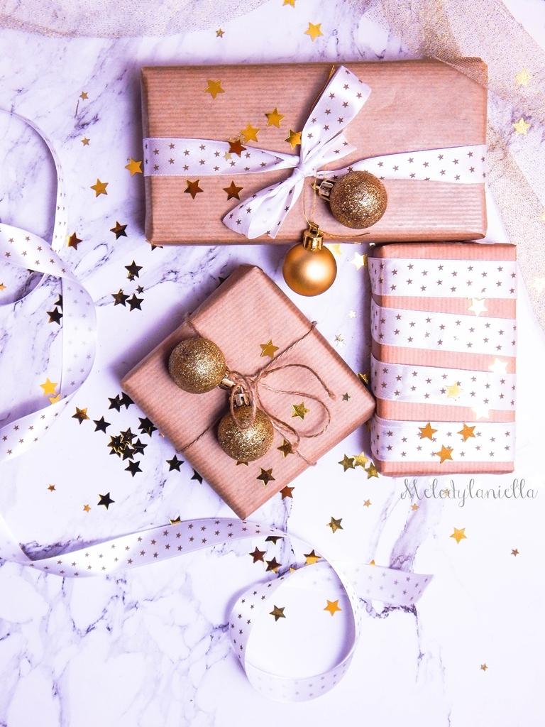 8 jak zapakować prezenty świąteczne w papier pakowy pomysły na pakowanie prezentów jak zapakować pudełko w papier jak ozdobić papier pakowy przy pakowaniu prezentów wstążki bombki złoto gałązki pakowy papi