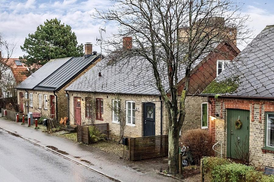 Skandynawski, biały domek z rustykalnymi elementami, wystrój wnętrz, wnętrza, urządzanie mieszkania, dom, home decor, dekoracje, aranżacje, styl skandynawski, scandinavian style, styl rustykalny, rustic, cegła, drewno, biel, white