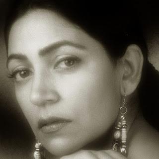 Deepti Naval movies, hot, daughter, marriage, actress, prakash jha, husband, family photo, farooq shaikh