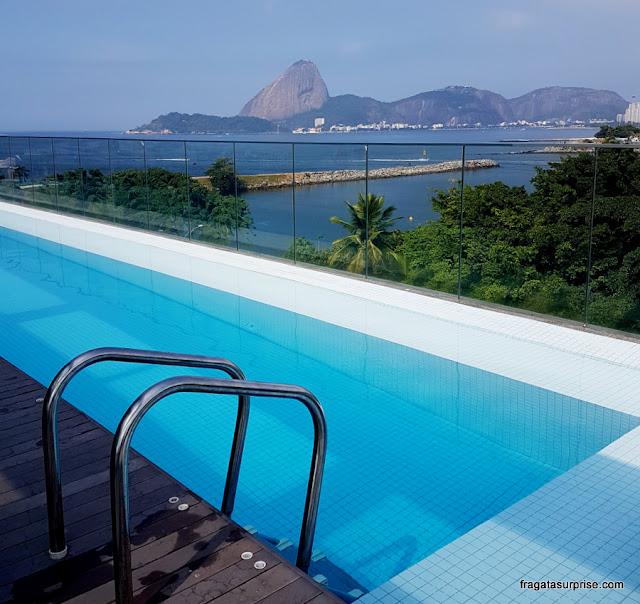 Piscina do Hotel Prodigy Aeroporto Santos Dumont, com vista para o Pão de Açucar
