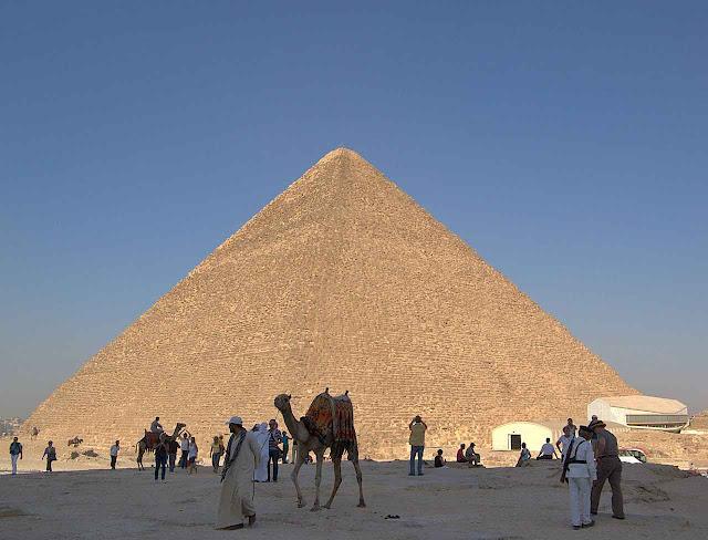 Pirâmide de Quéops, ou Grande Pirâmide, o Khuvu dos antigos egípcios