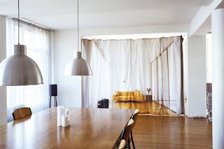 Come dividere una stanza con le tende immagine