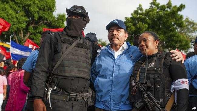 Ortega posa con agentes de policía en Masaya, el viernes 13 de abril de 2018 /AP
