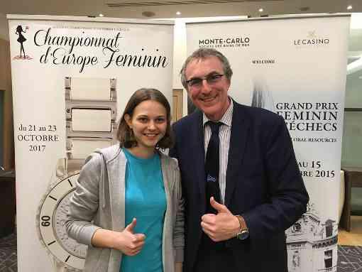 La joueuse ukrainienne Anna Muzychuk, vainqueur du rapide en compagnie de Philippe Dornbusch, Directeur d'Echecs & Stratégie