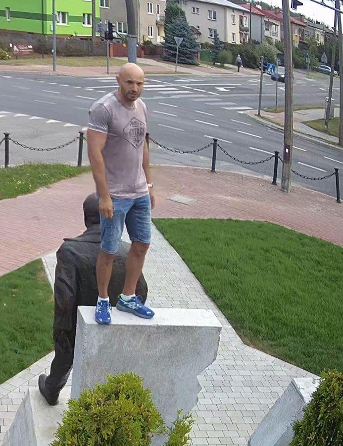 zdjęcie: policja/ Usiadł na barkach posągu Lecha Kaczyńskiego