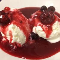 Gelado de natas com molho de frutos vermelhos