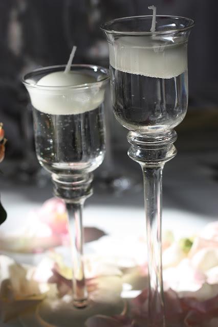 Schwimmkerzen in Glaskerzenhalter Rosamunde Pilcher inspirierte Sommerhochzeit in Pfirsich, Apricot, Pastelltöne - Heiraten in Garmisch-Partenkirchen, Bayern, Riessersee Hotel, Seehaus am Riessersee - Hochzeit am See in den Bergen - Peach and Pastell wedding