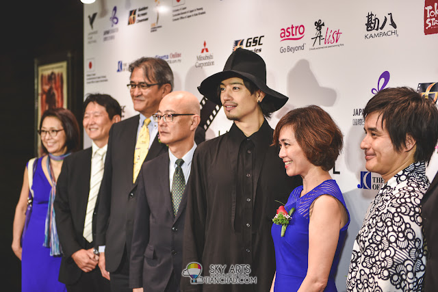 Takumi flanked by (from left to right) YABE Chiharu (General Manager, Kampachi), KAWAMURA Takayuki (Representative, Mitsubishi Corporation, Kuala Lumpur branch), MATSUSHITA Masahiro (Chairman of Culture Committee, The Japan Club of Kuala Lumpur クアラルンプール日本人会), ORIKASA Hiroyuki (Minister-Counsellor, Embassy of Japan in Malaysia), Koh Mei Lee (Chief Executive Officer, Golden Screen Cinemas Sdn. Bhd.), HORIKAWA Koichi (Director, The Japan Foundation, Kuala Lumpur), and Devinder Singh (Manager, Marketing Department, Cinema Online)