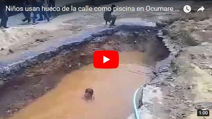 Niños de Ocumare del Tuy usan como piscina los huecos de las principales vías