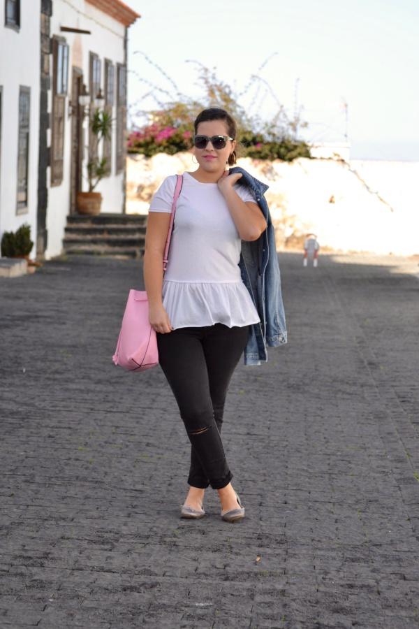 look_camiseta_volante_dresslily_bolso_rosa_chaqueta_vaquera_lolalolailo_05