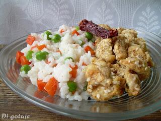 Kurczak w sezamie i ryż jaśminowym z marchewką i groszkiem