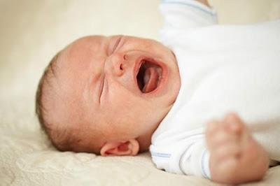 Hình ảnh em bé khóc vô cùng đẹp và dễ thương