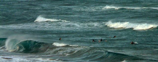 surfistas en el pasillo sopelana