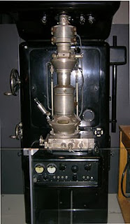 Elektron mikroskop dibangun oleh Ernst Ruska pada tahun 1933
