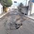 Tubulação rompe e asfalto cede na rua do Motor