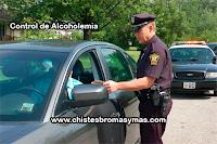 Un policía de tránsito detiene a un hombre que va conduciendo velozmente y de forma peligrosa.  Le dice que se baje del auto, y cuando el otro obedece le ordena que sople en el detector de alcohol. El detenido responde: