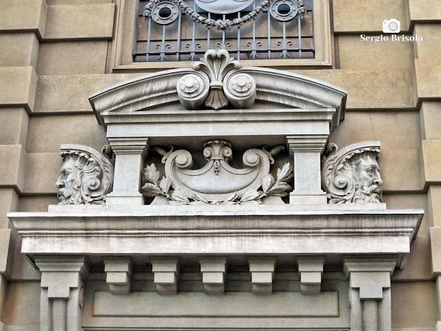 Close-up do frontão do Palácio da Justiça - SP - Sé - São Paulo
