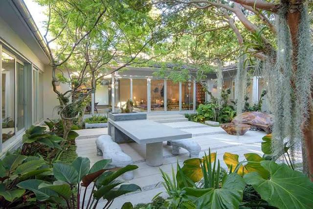 Inspirasi Teras Belakang Rumah dengan ruang santai tanpa atap