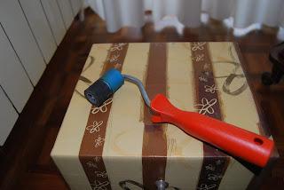 Como forrar una caja de vino de carton, como hacer una caja de regalo.