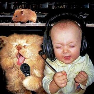 Foto gambar bayi lucu mendengarkan musik 17