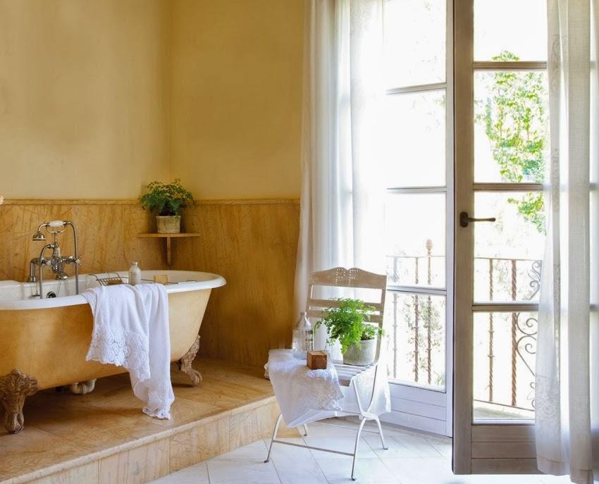 Dom w Hiszpanii z turkusowymi okiennicami, wystrój wnętrz, wnętrza, urządzanie domu, dekoracje wnętrz, aranżacja wnętrz, inspiracje wnętrz,interior design , dom i wnętrze, aranżacja mieszkania, modne wnętrza, styl francuski, styl rustykalny, łazienka, retro