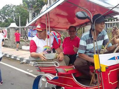 Bupati JWS bersama Sekda JRK Di Bendi Transportsi Tradisional Minahasa.