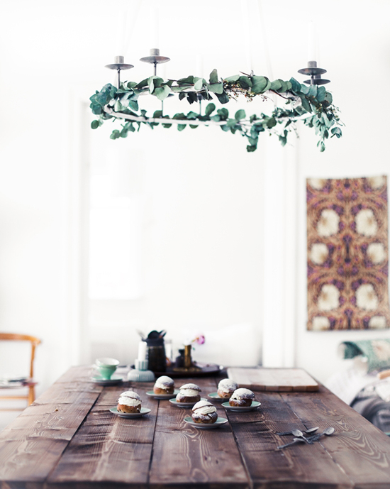 Au naturel candelabra chandelier with ivy garland. Image via Mokkasin.