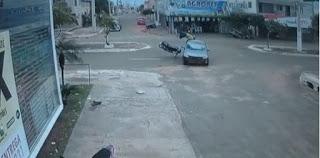 Motociclista bate em carro, é arremessado por cima do veículo e cai de pé; veja vídeo