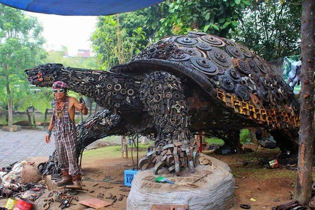 Patung unik bekas onderdil karya Ono Gaf