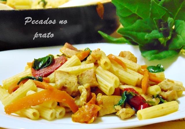 Macarrão com legumes e peito de frango salteados
