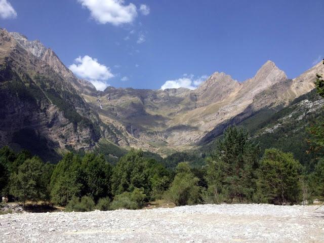 D'esquerra a dreta Monte Perdido i Cilindro, al centrel el Balcó de Pineta i els aguts cims del Pineta i Punta del Forcarral
