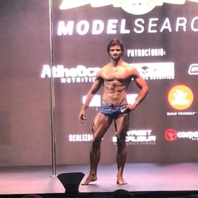 De sunga, Fabiano Gurgel se apresenta no palco do Arnold Model Search 2017. Foto: Arquivo pessoal