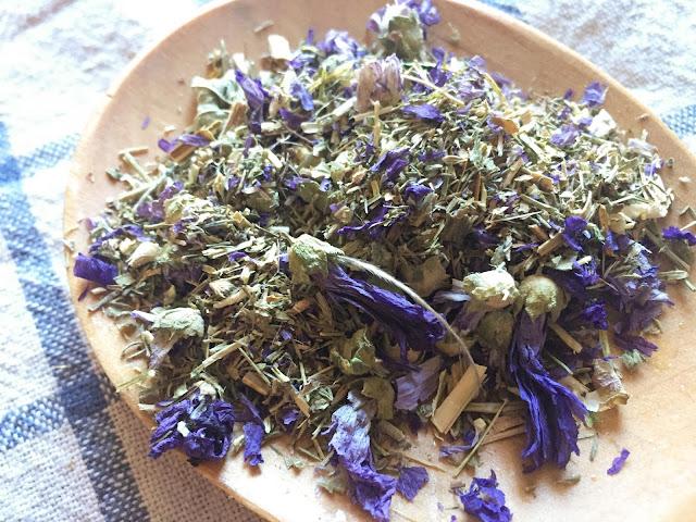 Remedios-naturales-en-tu-botiquín-con-manzanilla-y-malva