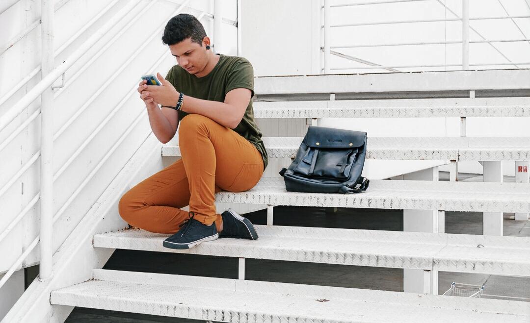 Look masculino verde militar e calça marrom