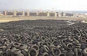 miles de neumáticos en un vertedero