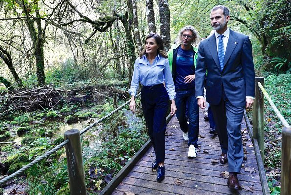 Moal was honoured as the 2018 Best Asturian Village. Queen Letizia wore Carolina Herrera trenc coat and Hugo Boss trousers.