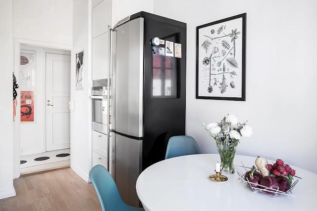 kuchnia w stylu skandynawskim, biała kuchnia, okrągły stół ikea, niebieskie krzesła na drewnianych nogach