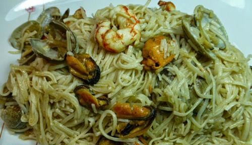 Tallarines de arroz con marisco