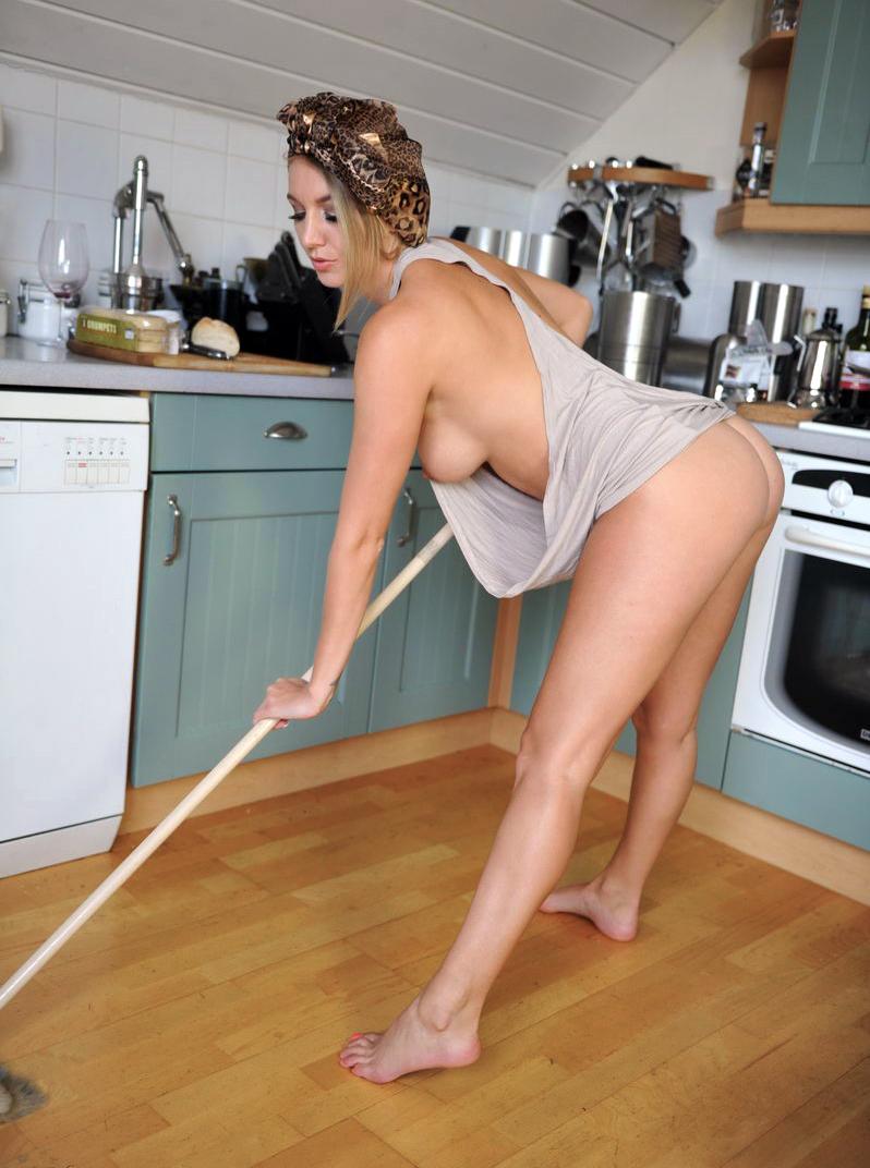 горячая домохозяйка принимает позы девушек скотчем